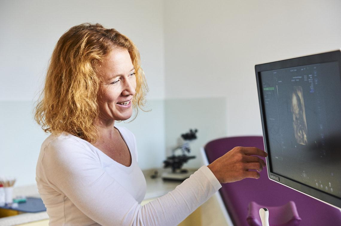 Portrait von Frau Dr. Wintner mit Ultraschallgerät